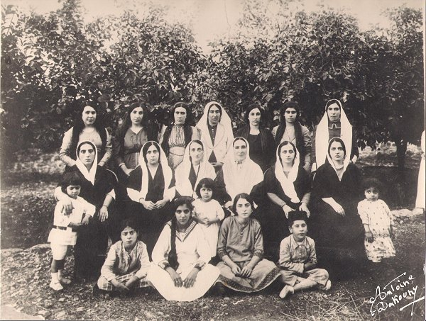 Munirih Khanum with daughters, grandchildren, and other Baha'is